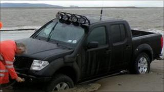 Stranded 4X4 rescued from mud at Burnham-on-Sea