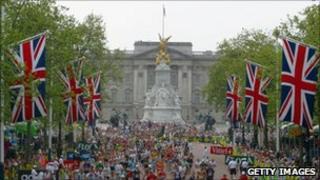 Runners pass Buckingham Palace