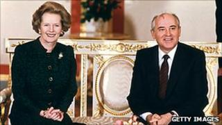 British Prime Minister Margaret Thatcher (L) poses 30 March 1987 with Soviet leader Mikhail Gorbachev at the start of talks at the Kremlin in Moscow.