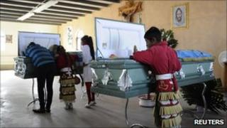 Families attend a wake in Ciudad Juarez, Mexico (23 Oct 2010)