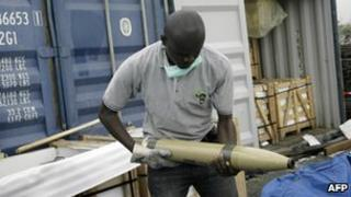 Security officials holds one of the seized weapons in Lagos, Nigeria (27 Oct 2010)