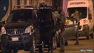 Masked police raid a house in Antwerp (23 Nov 2010)