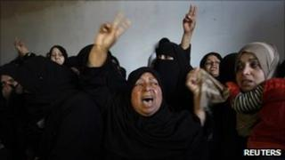 Relatives of Palestinian militant Mahmoud Al-Najar mourn during his funeral in Khan Younis, 26/12