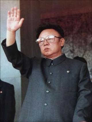 Kim Jong-il raising his hand