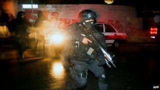 Police clash with gang members in Xalapa, Veracruz state (13 Jan 2011)