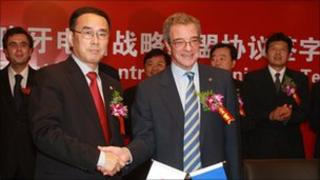 Chang Xiaobing, chairman of China Unicom, and César Alierta, chairman of Telefónica