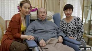 Macau casino magnate Stanley Ho (C), his third wife Chan Un-chan (R) and daughter Florinda