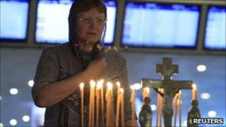 Woman attends religious service at Domodedovo airport (26 Jan 2011)