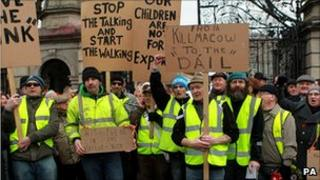 Anti-government protesters outside the Irish parliament building on Thursday, Dublin, 27 January 2011