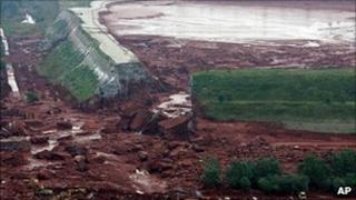 Breach in Ajka plant reservoir, 5 Oct 10