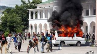 Violent protest outside PM's office in Dili, East Timor, Friday, April 28, 2006