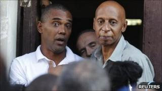 Cuban dissident Guillermo Farinas (r) and recently liberated dissident Angel Moya in Havana (18 March 2011).