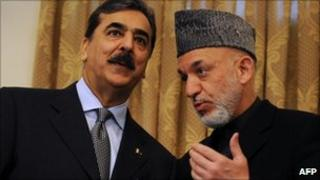 Afghan President Hamid Karzai (R) speaks to Pakistani Prime Minister Yousuf Raza Gilani (L) in the Presidential Palace in Kabul on 16 April 2011.