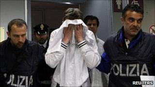 Police detain would-be hijacker at Fiumicino airport, 25 Apr 11