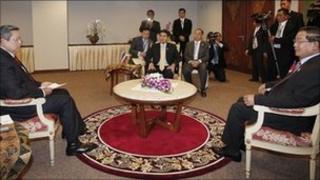 Indonesian President Susilo Bambang Yudhoyono (L), Thai Prime Minister Abhisit Vejjajiva (C) and Cambodian Prime Minister Hun Sen (R) (photo: ABROR RIZKI/AFP/Getty Images) (08/05/11)