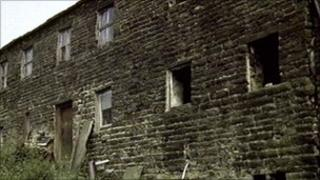 The barn in 1985. To view this entry or update the picture go to http://www.bbc.co.uk/history/domesday/dblock/GB-368000-423000