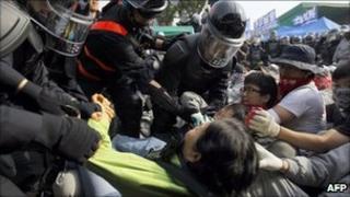 Police break up protest at a Hyundai parts factory in Asan, South Korea (24 May 2011)