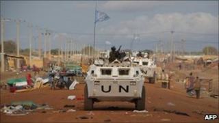 UN vehicle patrols in Abyei (24/05/11)