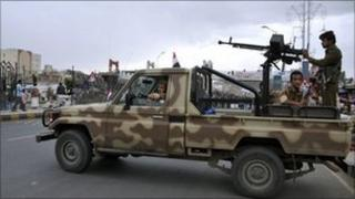 Yemeni soldiers at checkpoint in Sanaa - 25 May 2011