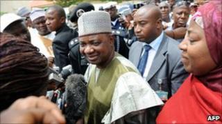 Nigeria's Vice-President, Namadi Sambo (centre), in Zaria (28 April 2011)