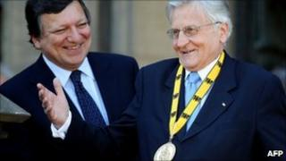 Jean-Claude Trichet to the right of Jose Manuel Barroso