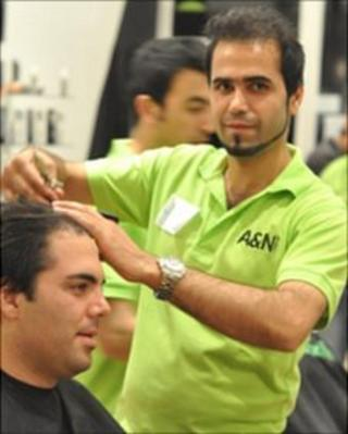 Nabi Salehi cutting someone's hair during the record attempt