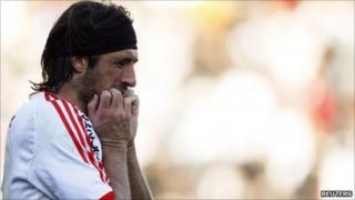 Mariano Pavone of River Plate reacts after he failed to score with a penalty kick against Belgrano during their Argentine First Division playoff soccer match in Buenos Aires on 26 June 2011