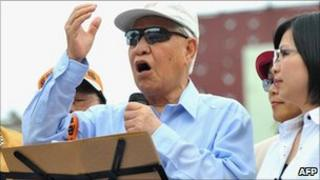 Taiwan's former president Lee Teng-hui (C) speaks during a protest in Taipei on June 26, 2010