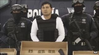 """Federal police agents present Jesus Enrique Aguilar, alias """"El Mamito"""" to the media in Mexico City, 4 July 2011"""