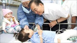 Chinese Premier Wen Jiabao visits Xiang Weiyi in Wenzhou hospital on 28 July 2001