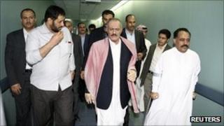 President Saleh (centre) tours a hospital in Riyadh, 11 August