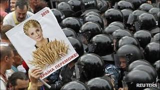 Supporters of Yulia Tymoshenko meet wall of riot police