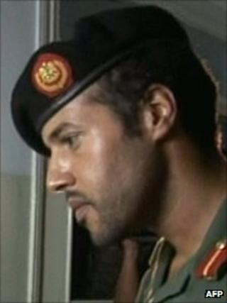 """Purported video of Khamis Gaddafi visiting """"victims of Nato raids"""" at a hospital in an unspecified location (9 August 2011)"""