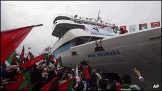 People holding Turkish and Palestinian flags cheer as the Mavi Marmara ship arrives back in Istanbul. (archive photo dated 26 December 2010)