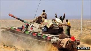A Libyan rebel tank takes position in Om El Khanfousa, east of Sirte. Photo: 5 September 2011