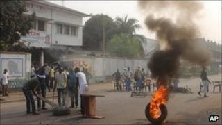 Opposition supporters burn tyres in Kinshasa, Sept 6