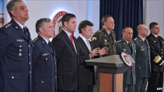 Juan Manuel Santos (centre), Juan Carlos Pinzon (third left). From left to right: Gen Sergio Mantilla, Gen Tito Saul Pinilla, Gen Oscar Naranjo, Gen Alejandro Navas, Gen Jose Roberto Garcia Marquez