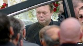 """A file photo taken on March 30, 2004 shows notorious Australian gangster Carl Williams (C), helping load the casket of his murdered friend and bodyguard, Andrew """"Benji"""" Veniamin, in Melbourne"""