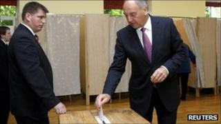 Latvia's President Andris Berzins casts his vote in Riga - 17 September 2011