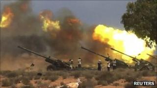 NTC troops fire howitzers at pro-Gaddafi forces near Sirte. Photo: 20 September 2011