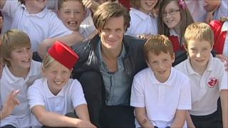 Matt Smith with pupils from Oakley Junior School in Basingstoke