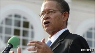 Bruce Golding makes his inaugural address after he was sworn in as Jamaican Prime Minister in Kingston in this 11 September 2007 file photo.