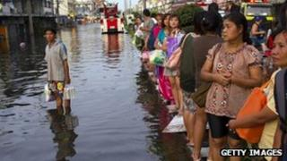 Residents wait to be evacuated from a Bangkok suburb on 31 October 2011