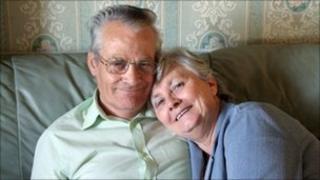 Llun teulu o Tony a Pam Adams