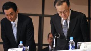 Olympus president Shuichi Takayama (R) and executive officer Hironobu Kawamata (L) bow at a press conference