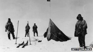 Aelodau o grŵp Captên Scott yn canfod pabell Roald Amundsen ym 1912