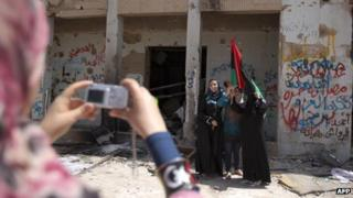 Tourists at killed Libyan leader Muammar Gaddafi's compound in Tripoli (31 August 2011)