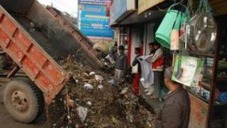 Bihar truck dumps garbage at market on 10 Jan 2012 (Photo: Prashant Ravi)