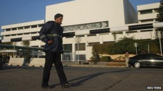 A policeman patrols in front of the Pakistani parliament (12.01.12)