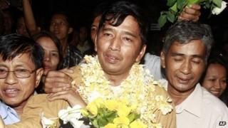 Freed dissident Min Ko Naing is mobbed by supporters as he arrives home on 14 January 2012